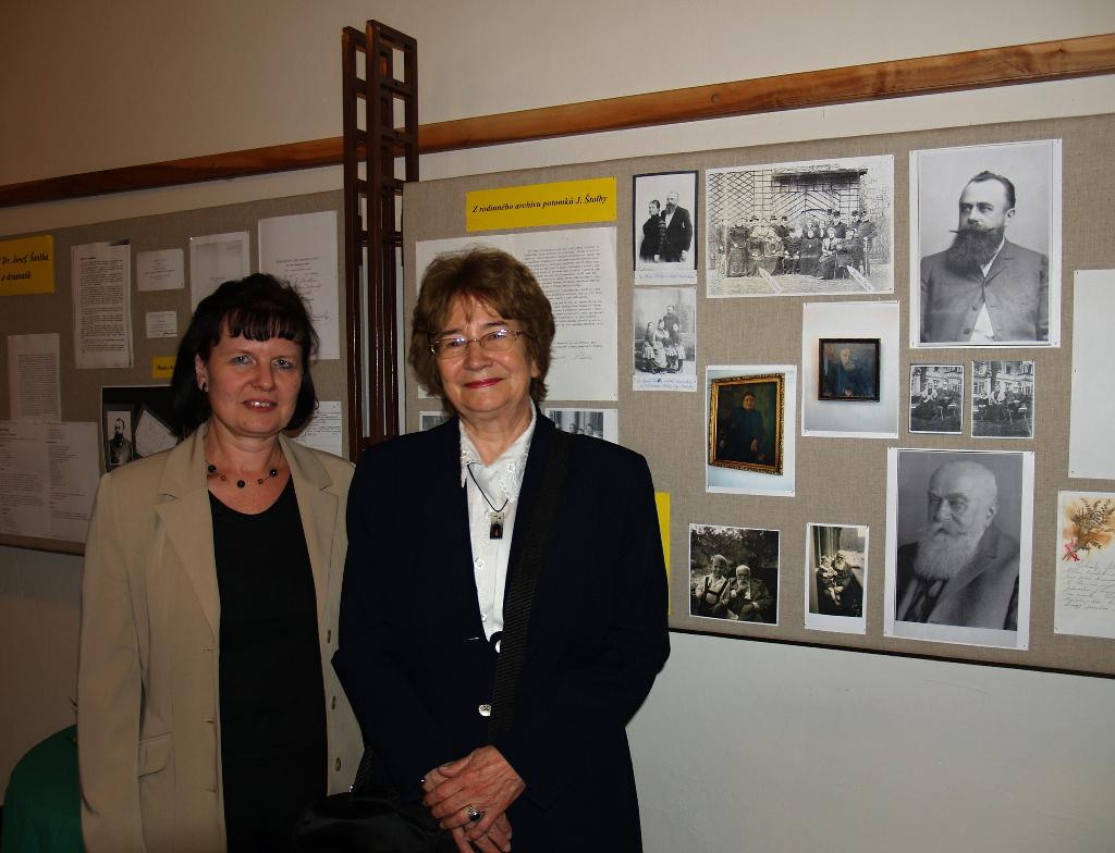 Dr. Šámalová (vpravo) s knihovnicí
